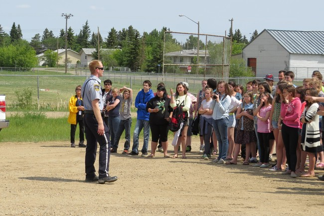 Community Peace Officer Knudson informing Ryley School Students of the events occurring in the collision.